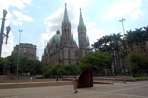 Blick aus der Metrostation auf die Kathedrale