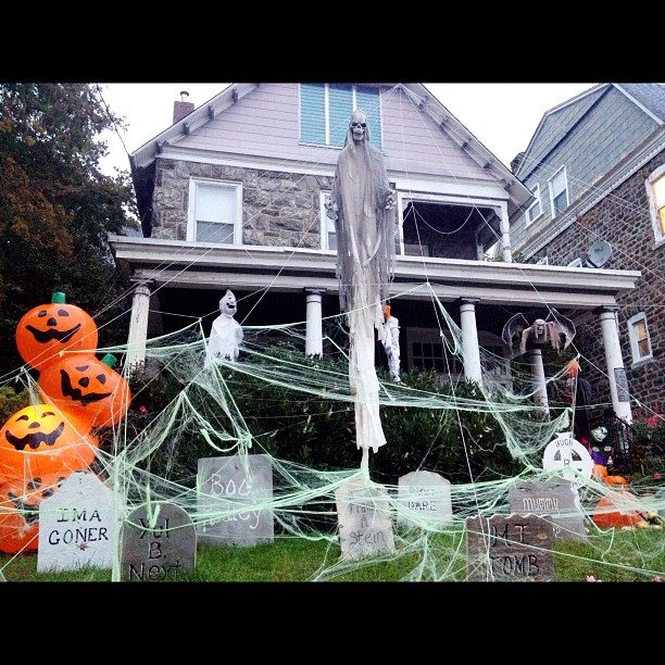 8am Mon 10/29 great Halloween prep. Horrible #sandyinphilly prep