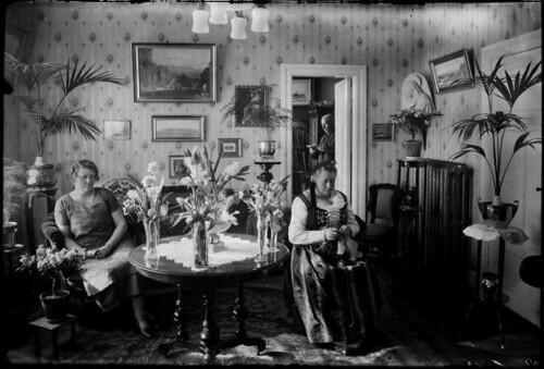 Prjónað í setustofu, 1910-1930