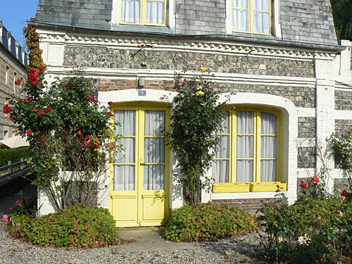belle maison jaune.jpg