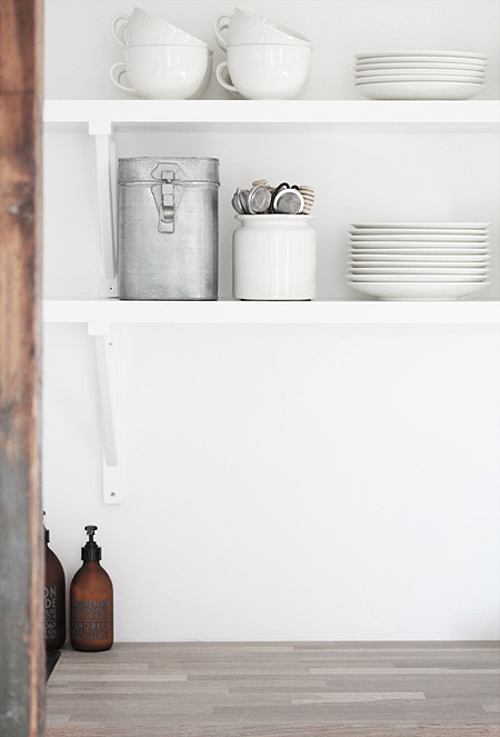 Open kitchen shelves vs closed cabinets the style files for Kitchen cabinets vs drawers