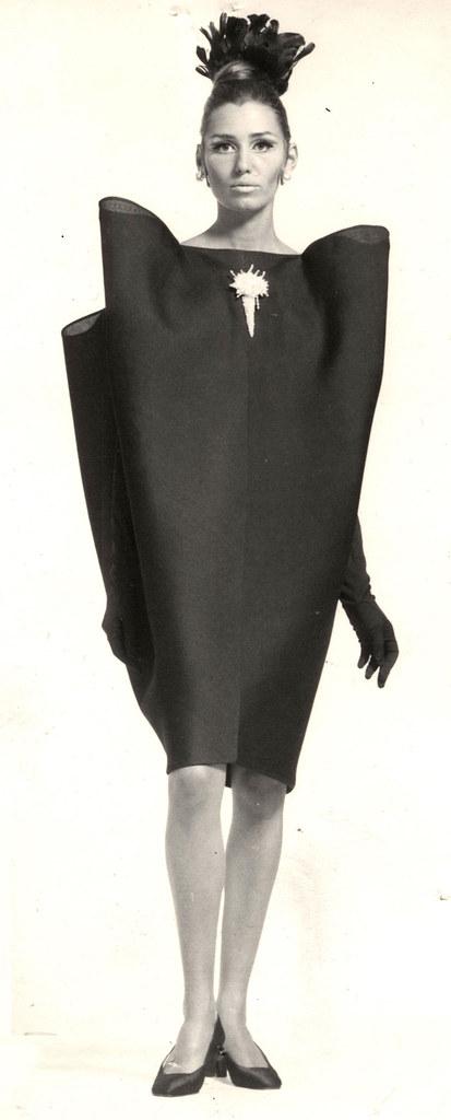 קריסטובל בלנסיאגה,  שמלת ערב (דגם רשום מס' 128). תמונה: ארכיון בלנסיאגה, פריז