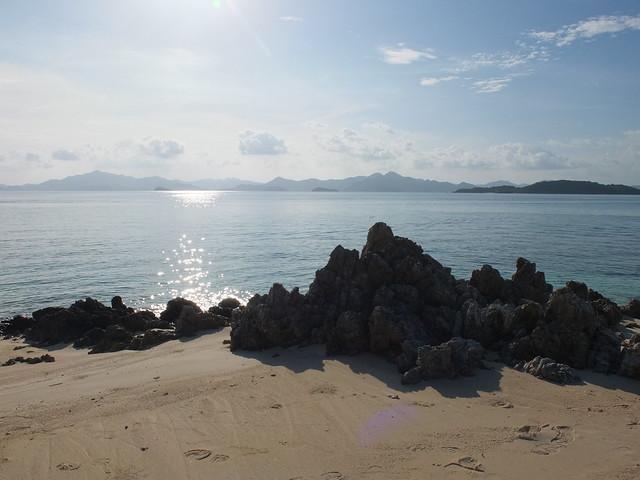 Bolog上一堆岩石, 沙灘很小