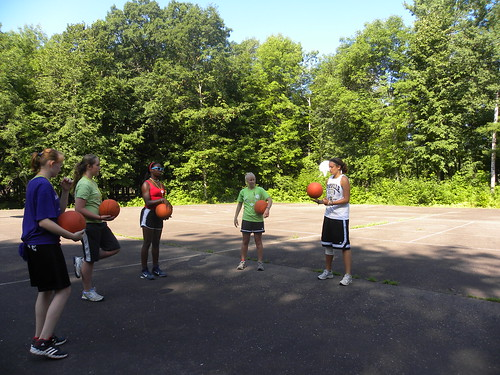 Playing basketball at WeHaKee Camp for Girls par WeHaKee Camp for Girls