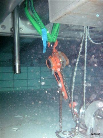Plaatsen van ketting takel onderwater