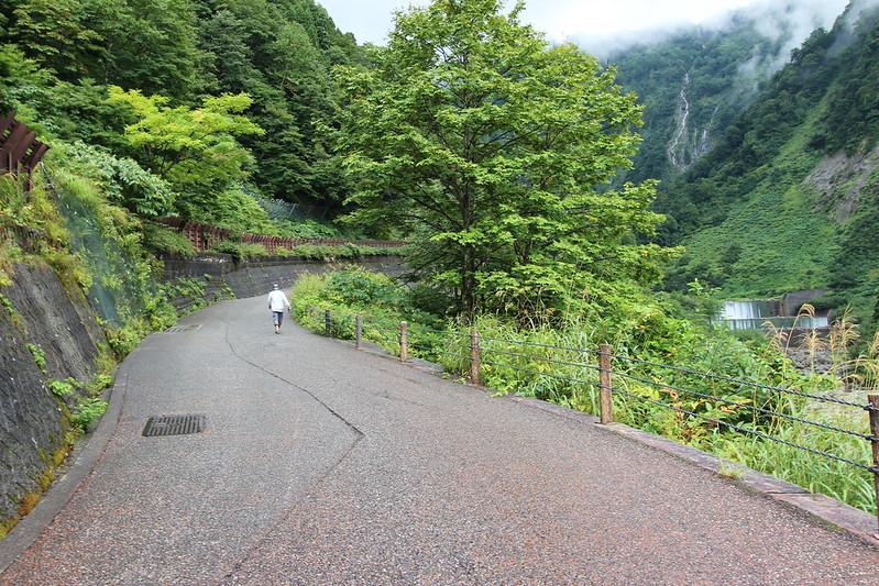 称名滝へ向かう道