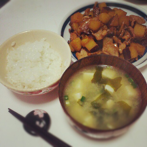 さつまいもの甘辛煮、豆腐の味噌汁、ごはん
