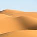 Zandduinen in de Erg Chebi woestijn by Ron Mooij
