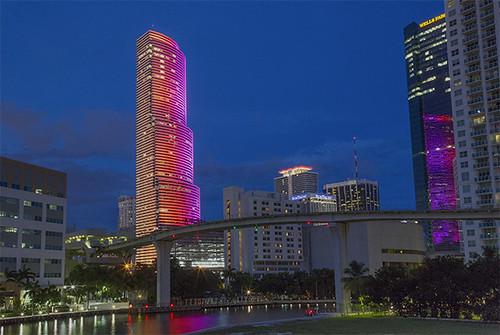 Новое освещение небоскреба Майами-Тауэр добавило экспрессии городскому ландшафту