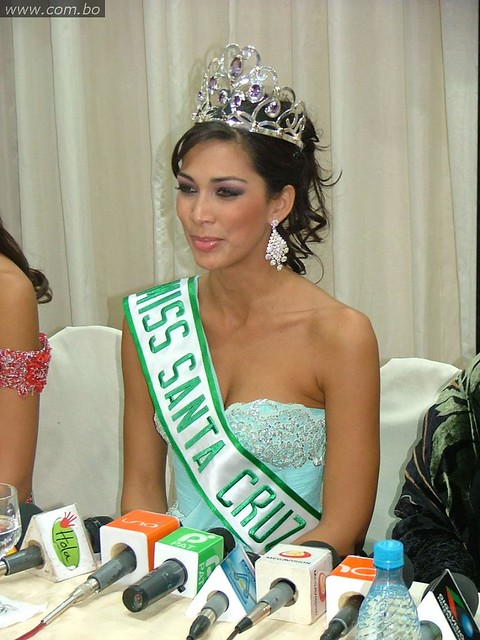 Olivia Pinheiro, Miss Santa Cruz 2010, en una conferencia de prensa
