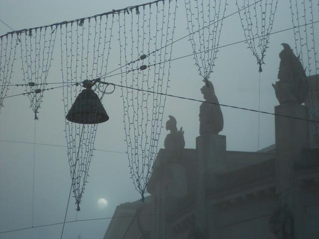 Il sole cerca di bucare la nebbia a Rovigo