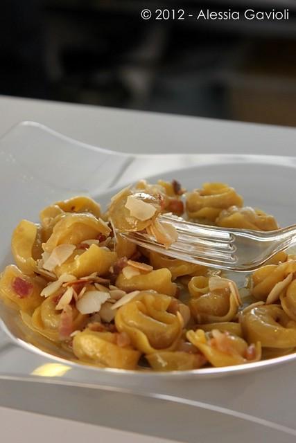 Tortellini con uva, pancetta e scaglie di mandorla