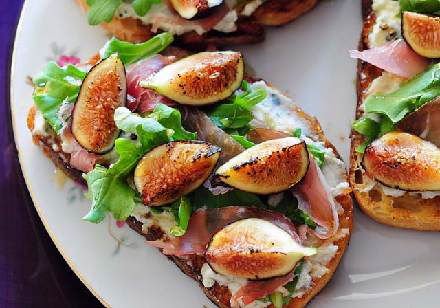 fig, arugula and prosciutto bruschetta