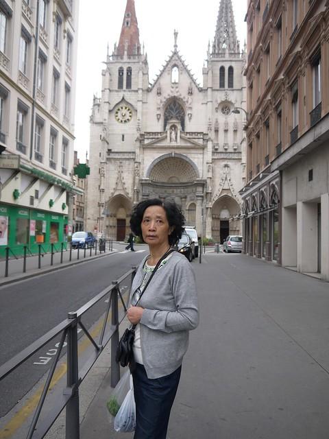 06 买完菜回家,后面是l'église Saint Nizier