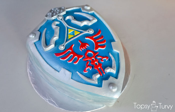 legend-zelda-hylian-shield-fondant-cake