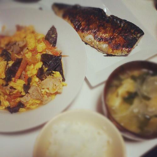 きくらげと豚肉トマトの中華炒め、鯖の塩麹焼き、玉ねぎの味噌汁、ごはん