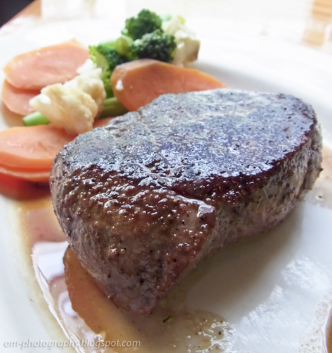 sirloin steak, medium rare, outback steak house R0019234 copy