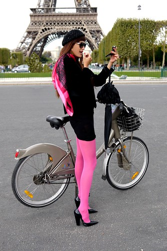 Tour Eiffel en Vélib - so Chic, so Pink... by CycleChicParis