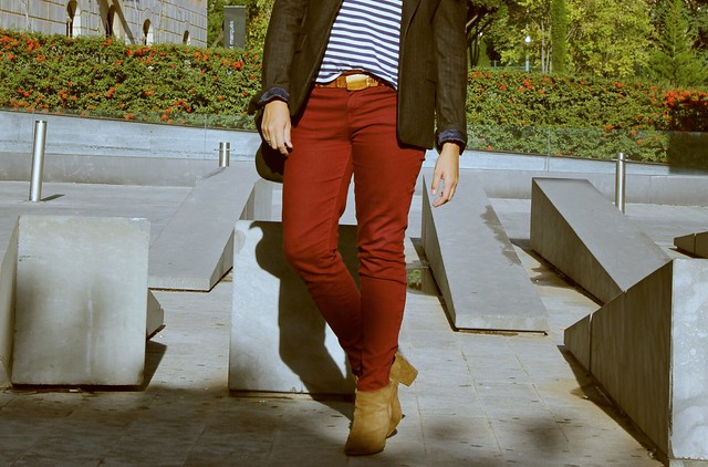Look pantalones burdeos + camiseta marinera