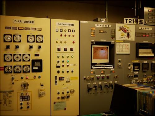 工場内の機械をコントロールするお部屋。年季が違います。@東洋ガラス