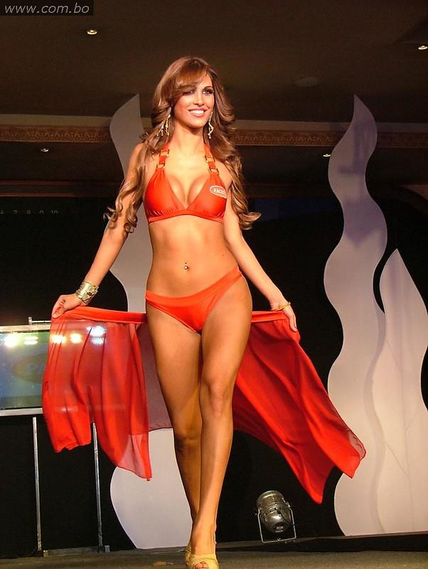 El cuerpo escultural de Olivia Pinheiro en bikini durante el Miss Bolivia Universo 2010