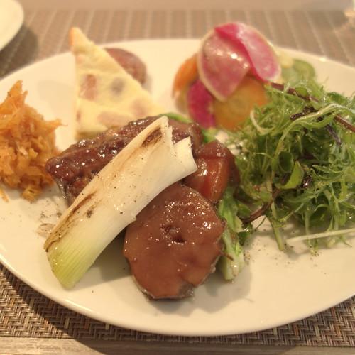 ビオスでランチ。ゴボウと豚肉のワイン煮。色々な大根のマリネ。人参サラダなど。