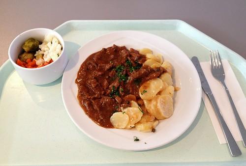 Rindergeschnetzeltes in Pfefferrahmsauce & Kartoffelgratin / Beef chop in pepper cream sauce & potato gratin