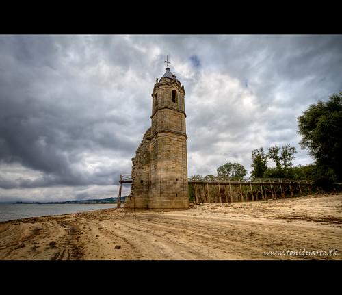 Campanario en el embalse del Ebro