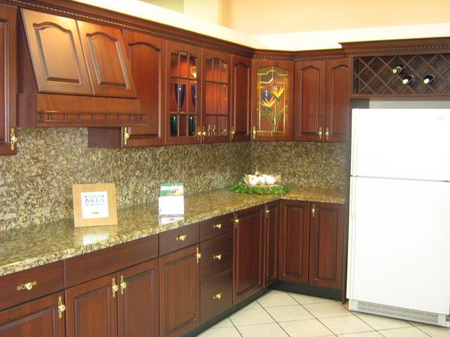 Cocina en madera color caoba con top de granito con sacade - Colores de granito para encimeras de cocina ...