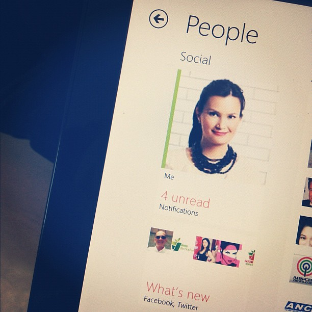 The People Tile in new #windows8 puts all the people you're following and friends with in one place. Cool! #windows8ph