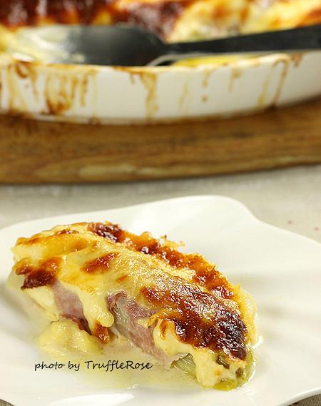 烤箱外的阿莫先生。焗烤火腿捲吉康菜-121101