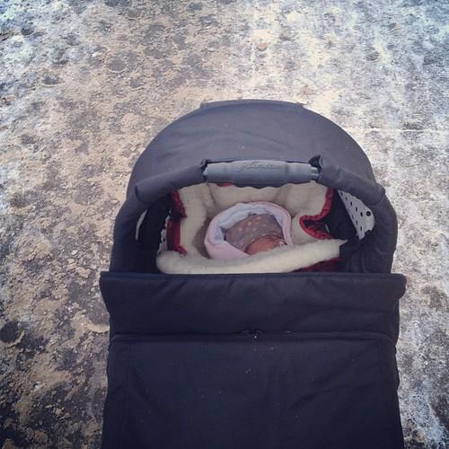У Насти первый чекин на прогулке в коляске! Холодно, но бодро, мне понравилось :)