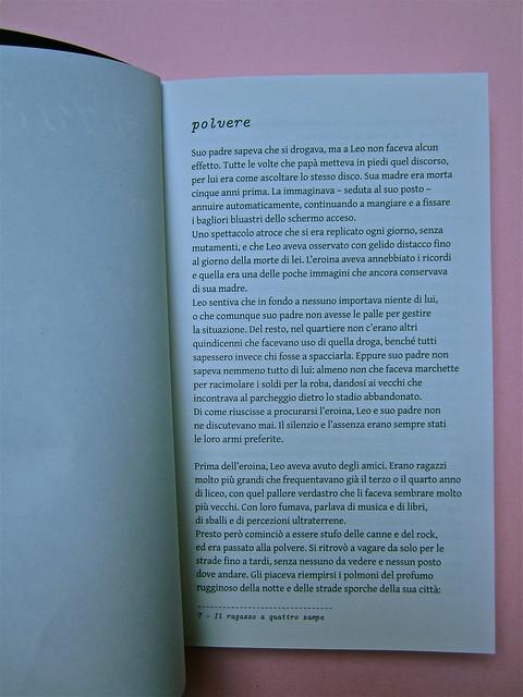 Simone Bisantino, Il ragazzo a quattro zampe. Caratteri Mobili 2012. Pr. grafico e impaginazione: Michele Colonna; ill. di Giuseppe Incampo. Pagina dell'incipit (part.), 1