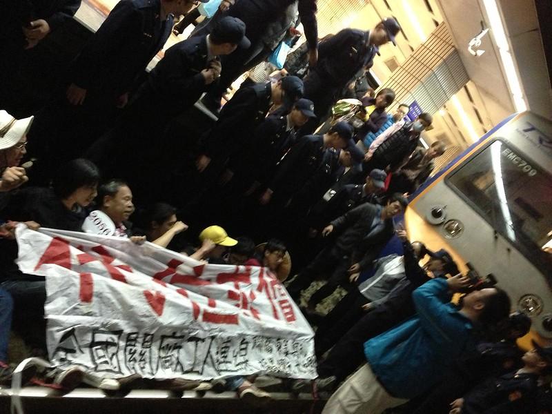 關廠工人2013年在台北車站臥軌抗爭。(資料照片/攝影:王顥中)