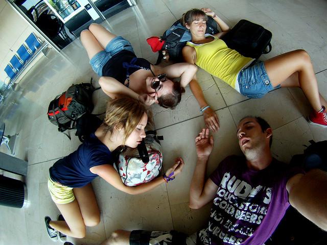 Tirados por los suelos del aeropuerto de Tenerife