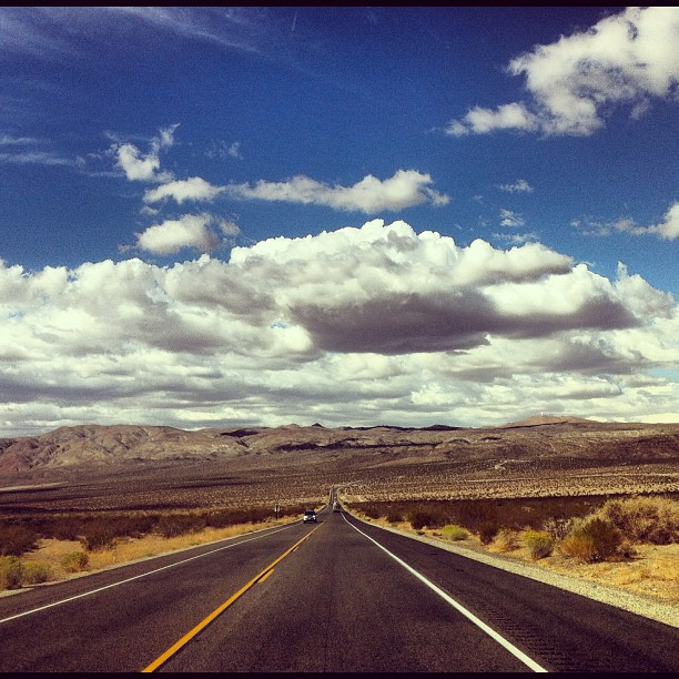 """Дорога из LA в Mammoth Lakes прямая. GPS говорит:-""""поверните направо через 469км"""". Эх, красота!"""