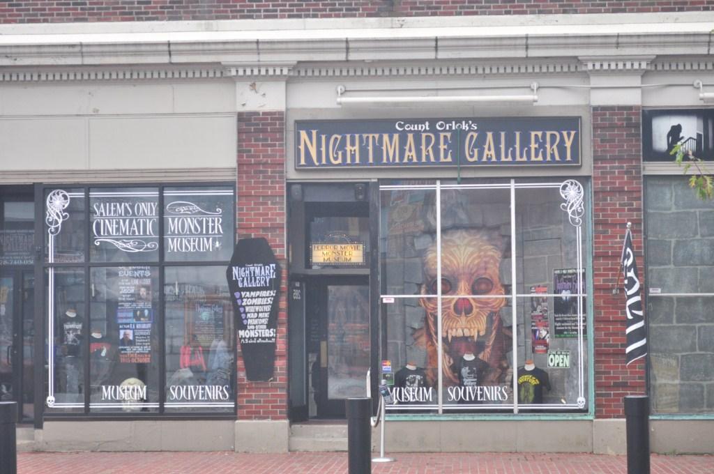 En Salem proliferan mucho las tiendas de Halloween, no sólo en esta época sino durante todo el año. Casas de pitonisas, lugares de esoteristo, ... son la tónica habitual en un paseo por las calles de Salem. Salem, la ciudad de las brujas - 8079346834 092f370780 o - Salem, la ciudad de las brujas