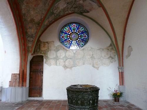 Schweriner Dom Taufbecken und Fenster