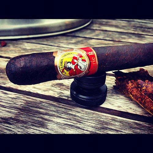 A @lagloriacubana Serie R Maduro for a conference call