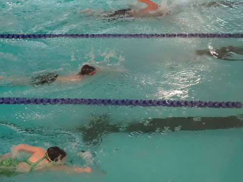 girl in green at 25 metres in the 100 m free