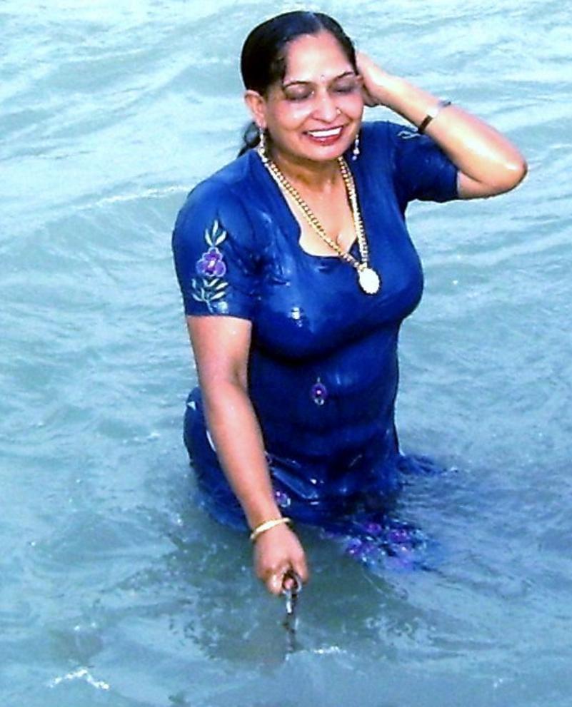 Desi aunty sexy photos scandal!