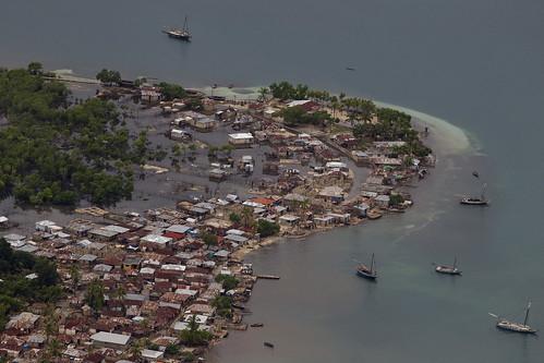 Furacão Sandy passou pelo oeste do Haiti causando fortes chuvas e ventos, inundando casas e provocando o transbordamento de rios. (MINUSTAH/Logan Abassi)