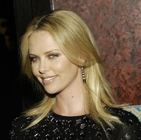 Charlize responds with lovely smile @ CineVefas Film Festival LAS 15 JUN 2007