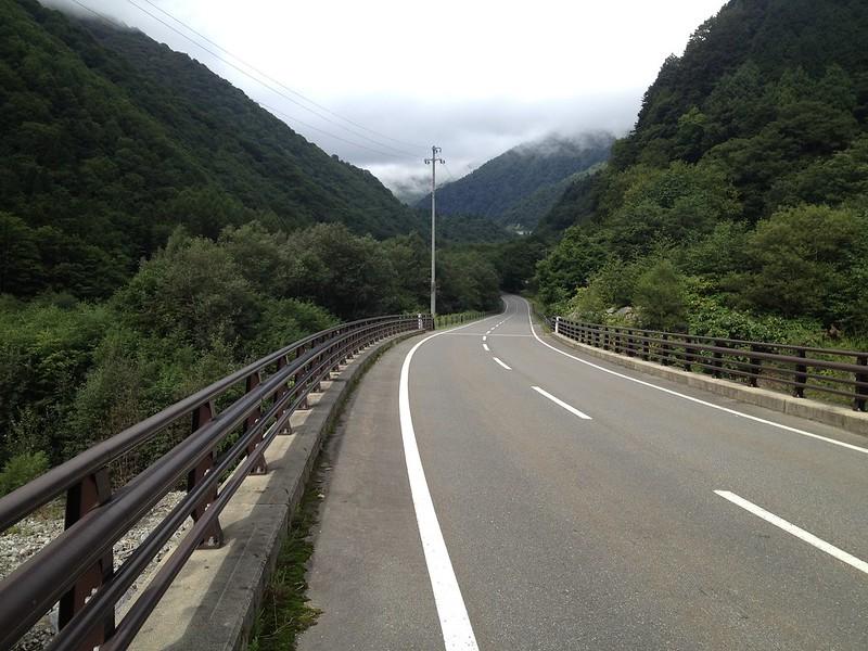 黒部ダムへ向かう道