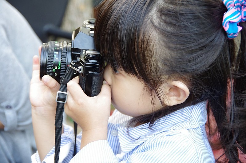 我女兒拿一台跟我年紀一樣大的單眼相機~