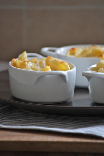 Gratin di pasta con patate, toma e tartufo.