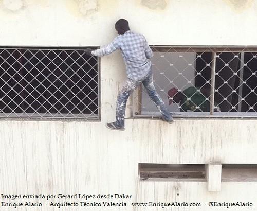 Calzado de seguridad en trabajos sobre fachada en Dakar