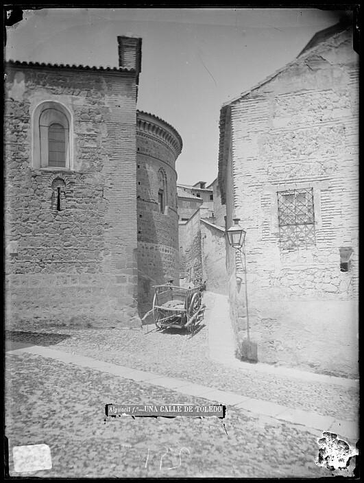 Inicio de la Cuesta de la Portería de la Trinidad junto al ábside de Santa Úrsula hacia 1880. Foto de Casiano Alguacil, Archivo Municipal, Ayuntamiento de Toledo