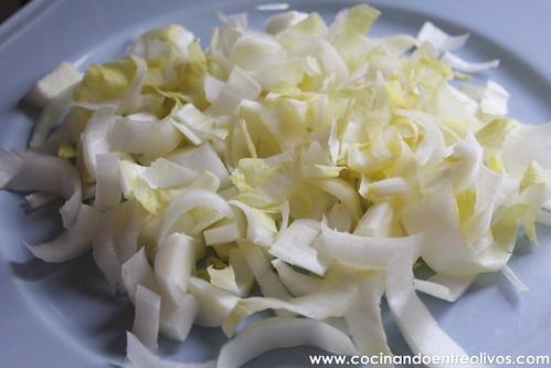 Ensalada templada de endibias con salsa de queso roquefort. www.cocinandoentreolivos (7)