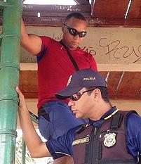 Carlos Costa, de camisa vermelha, se encontra em um presídio em Belém